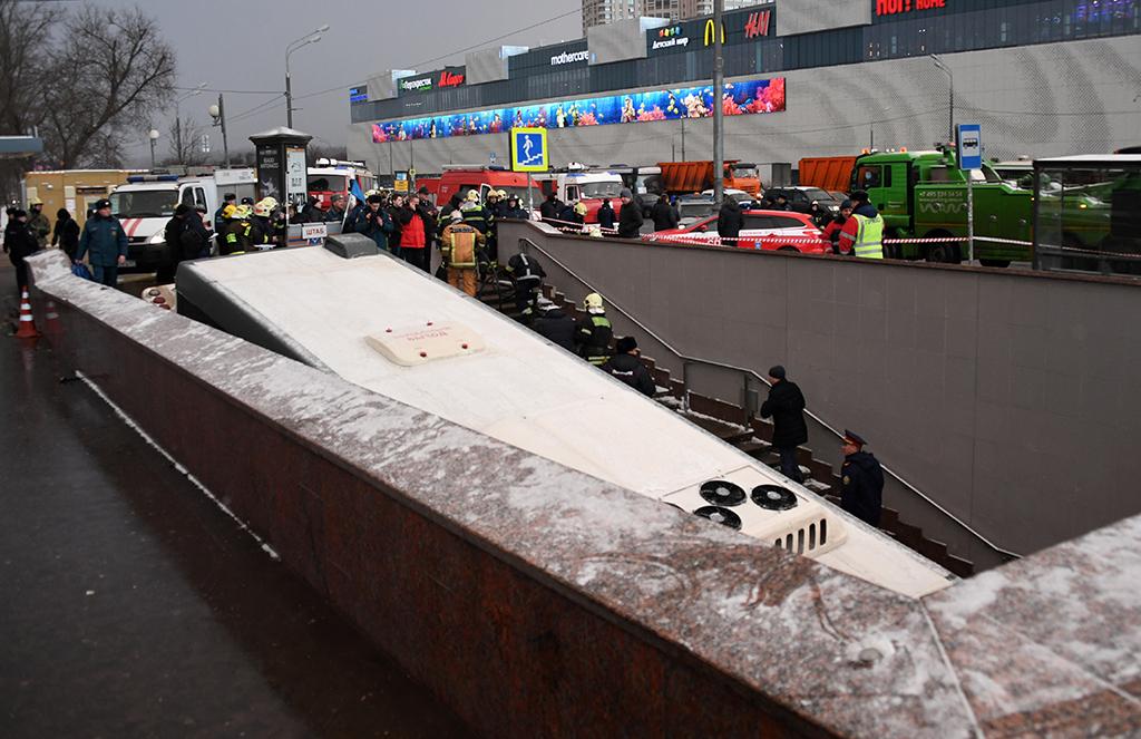В Москве автобус въехал в подземный переход на станции метро Славянский бульвар
