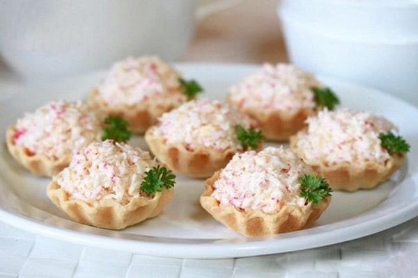 Тарталетки с крабовыми палочками и яйцом