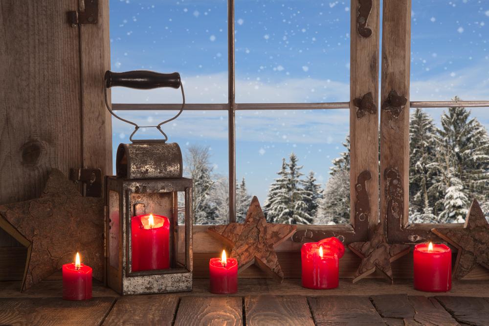 Декор подоконника свечами