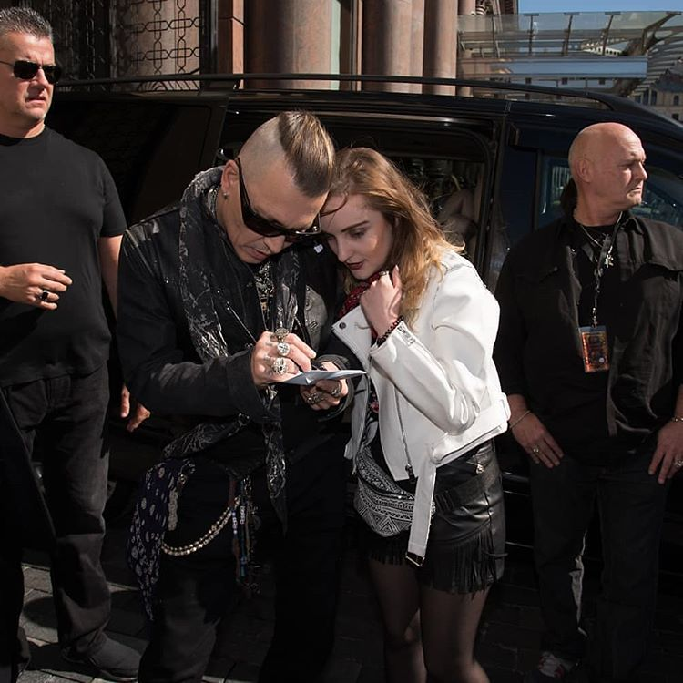 Джонни Депп с поклонницей в Москве