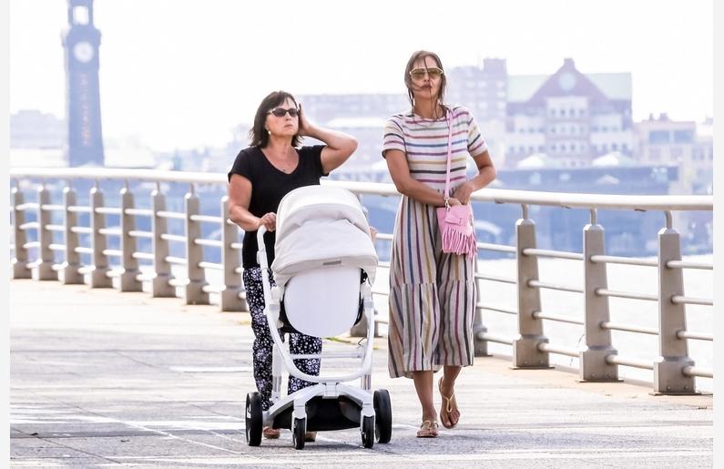 Ирина Шейк на прогулке с мамой и дочкой