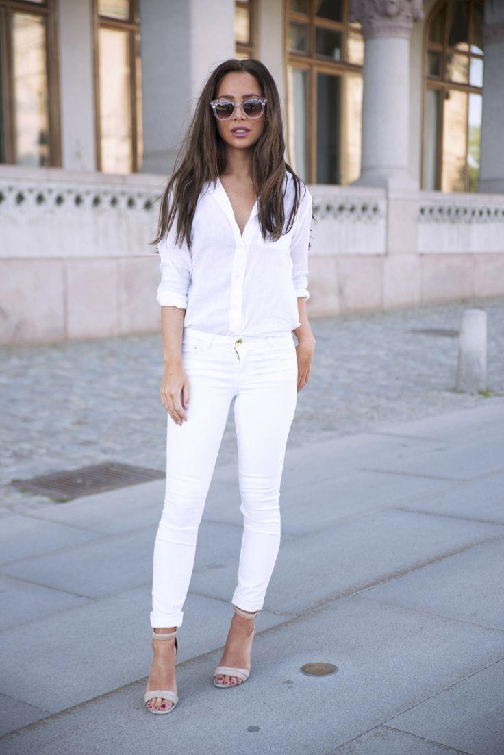 Белый монолук с джинсами
